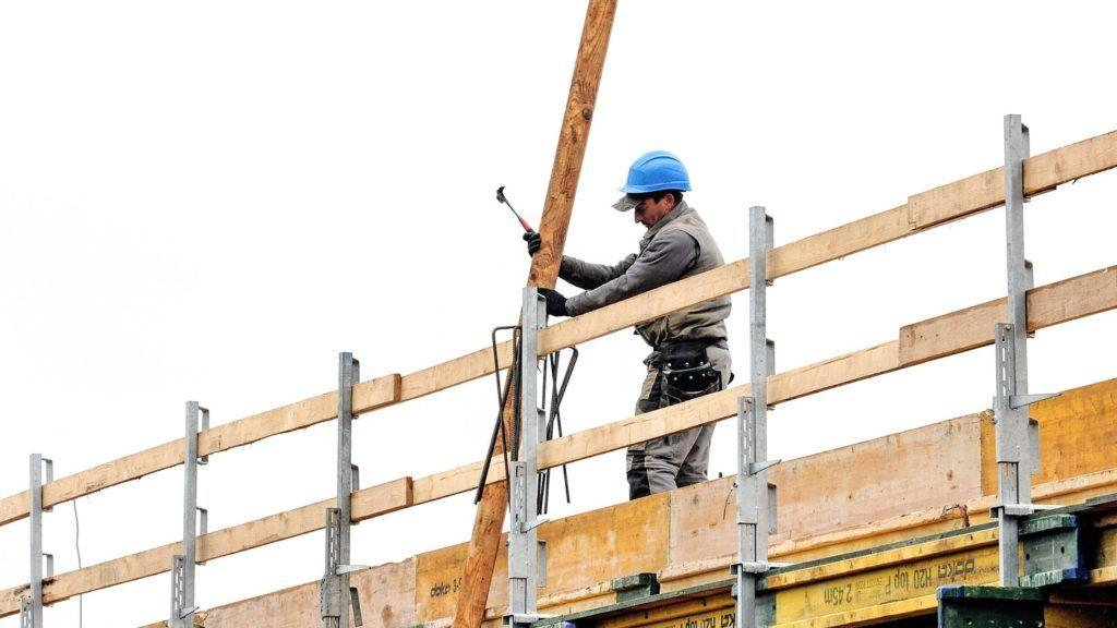 Debrecen, 2018. február 14. Zsalu és betonacél szerelõ munka közben az építkezésen. 2018 szeptember végére elkészül Debrecen belvárosában a kivitelezés felénél járó A+, A és B kategóriás irodákat magába foglaló Forest Offices. A 33000 négyzetméter beépítettségû irodákhoz kiszolgáló létesítmények,- mélygarázs, büfé és étterem is épül. Az építkezésen jelenleg 80 beszállító és vállalkozó dolgozik. MTVA/Bizományosi: Oláh Tibor  *************************** Kedves Felhasználó! Ez a fotó nem a Duna Médiaszolgáltató Zrt./MTI által készített és kiadott fényképfelvétel, így harmadik személy által támasztott bárminemû – különösen szerzõi jogi, szomszédos jogi és személyiségi jogi – igényért a fotó készítõje közvetlenül maga áll helyt, az MTVA felelõssége e körben kizárt.
