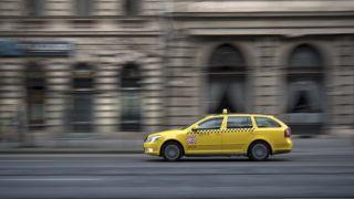 Budapest, 2016. január 22. A Fõtaxi Autóközlekedési és Szolgáltató Zrt. egyik gépkocsija halad a fõváros V. kerületében, a Múzeum körúton. MTVA/Bizományosi: Turbéky Eszter  *************************** Kedves Felhasználó! Ez a fotó nem a Duna Médiaszolgáltató Zrt./MTI által készített és kiadott fényképfelvétel, így harmadik személy által támasztott bárminemû – különösen szerzõi jogi, szomszédos jogi és személyiségi jogi – igényért a fotó készítõje közvetlenül maga áll helyt, az MTVA felelõssége e körben kizárt.