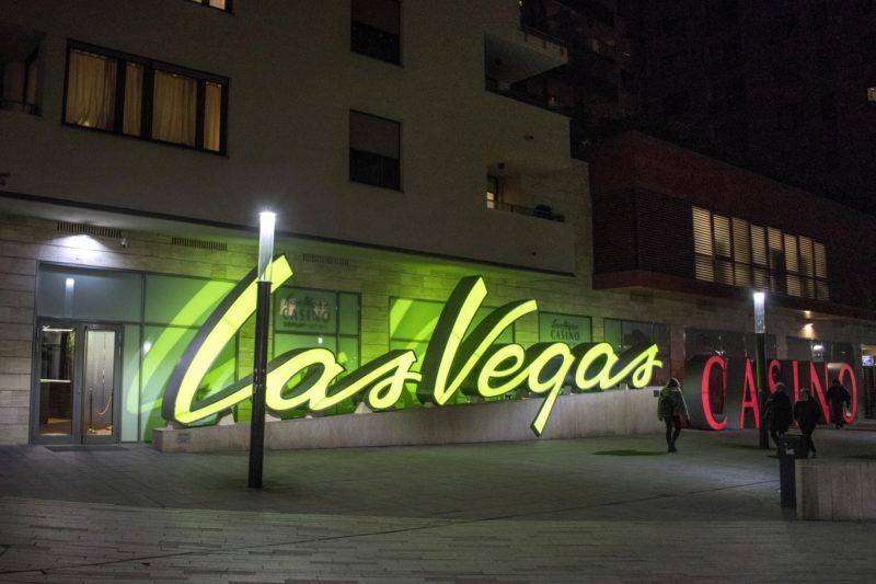 Budapest, 2016. december 7. A Las Vegas kaszinó a Corvin negyed sétálóutcájában esti kivilágításban a Józsefvárosban. MTVA/Bizományosi: Róka László  *************************** Kedves Felhasználó! Ez a fotó nem a Duna Médiaszolgáltató Zrt./MTI által készített és kiadott fényképfelvétel, így harmadik személy által támasztott bárminemû – különösen szerzõi jogi, szomszédos jogi és személyiségi jogi – igényért a fotó készítõje közvetlenül maga áll helyt, az MTVA felelõssége e körben kizárt.