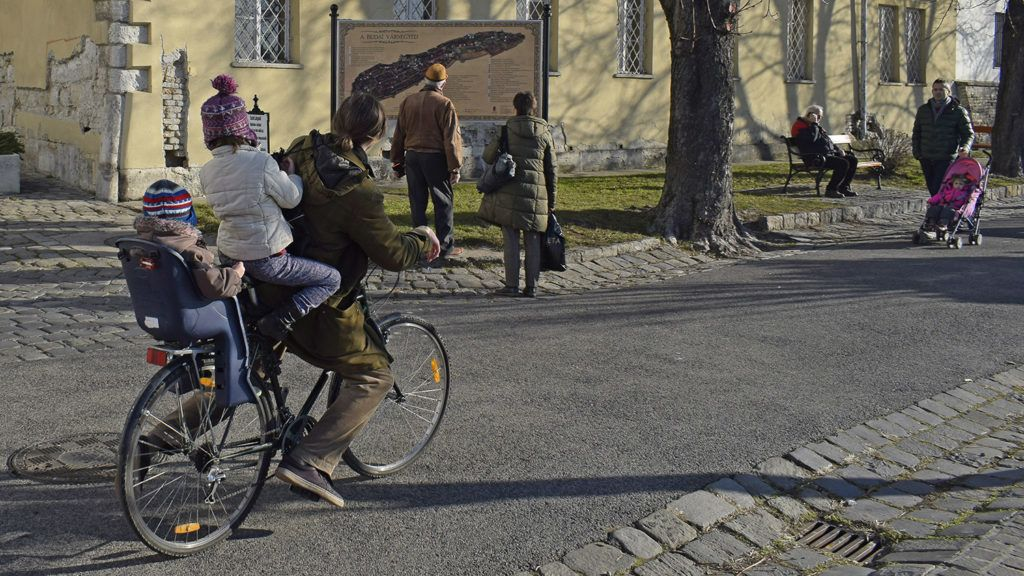 Budapest, 2016. december 11.Hárman egy kerékpáron és járókelők az I. kerületi Tóth Árpád sétányon.MTVA/Bizományosi: Róka László ***************************Kedves Felhasználó!Ez a fotó nem a Duna Médiaszolgáltató Zrt./MTI által készített és kiadott fényképfelvétel, így harmadik személy által támasztott bárminemű – különösen szerzői jogi, szomszédos jogi és személyiségi jogi – igényért a fotó készítője közvetlenül maga áll helyt, az MTVA felelőssége e körben kizárt.