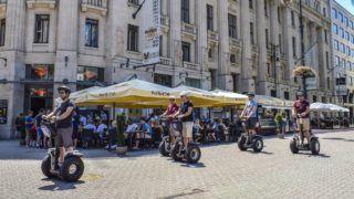 Budapest, 2017. július 8. Segway-jel közlekedõ turisták a Hard Rock Cafe elõtt, az V. kerület Vörösmarty téren. MTVA/Bizományosi: Róka László  *************************** Kedves Felhasználó! Ez a fotó nem a Duna Médiaszolgáltató Zrt./MTI által készített és kiadott fényképfelvétel, így harmadik személy által támasztott bárminemû – különösen szerzõi jogi, szomszédos jogi és személyiségi jogi – igényért a fotó készítõje közvetlenül maga áll helyt, az MTVA felelõssége e körben kizárt.