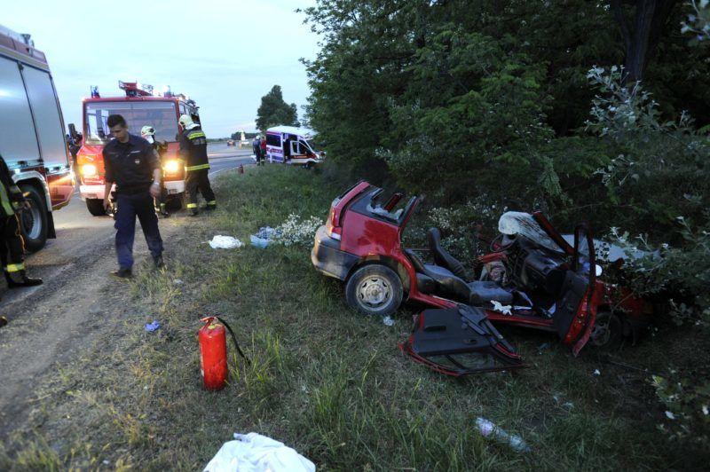 Dunaharaszti, 2018. május 10. Személygépkocsi és betegszállító furgon az árokban, miután összeütköztek az 52-es úton, Dunaharaszti és Taksony között 2018. május 10-én. A személyautó sofõrje életveszélyes, a furgonban utazó három beteg könnyû sérülést szenvedett. MTI Fotó: Mihádák Zoltán