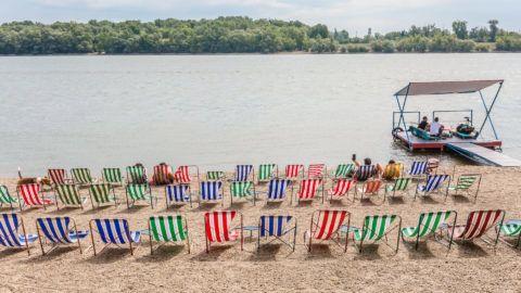 Budapest, 2017. július 22. Napozóágyak a Duna Budapesthez közeli Római-parti szakaszán. MTVA/Bizományosi: Faludi Imre  *************************** Kedves Felhasználó! Ez a fotó nem a Duna Médiaszolgáltató Zrt./MTI által készített és kiadott fényképfelvétel, így harmadik személy által támasztott bárminemû – különösen szerzõi jogi, szomszédos jogi és személyiségi jogi – igényért a fotó készítõje közvetlenül maga áll helyt, az MTVA felelõssége e körben kizárt.