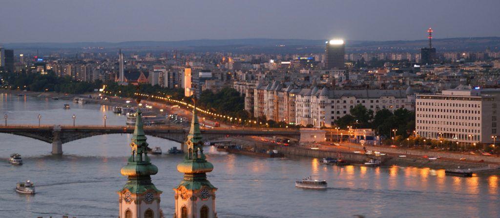 Budapest, 2011. július 5. Sétahajók úsznak a Dunán az alkonyatban. Jobbról az Országgyûlés Képviselõi Irodaháza, balról a Batthyány téri barokk Szent Anna templom tornyai. Középen a Jászai Mari tér lakóépületei a megújuló Margit híddal. MTI/Bizományosi: Jászai Csaba  *************************** Kedves Felhasználó! Az Ön által most kiválasztott fénykép nem képezi az MTI fotókiadásának és archívumának szerves részét. A kép tartalmáért és a szövegért a fotó készítõje vállalja a felelõsséget.