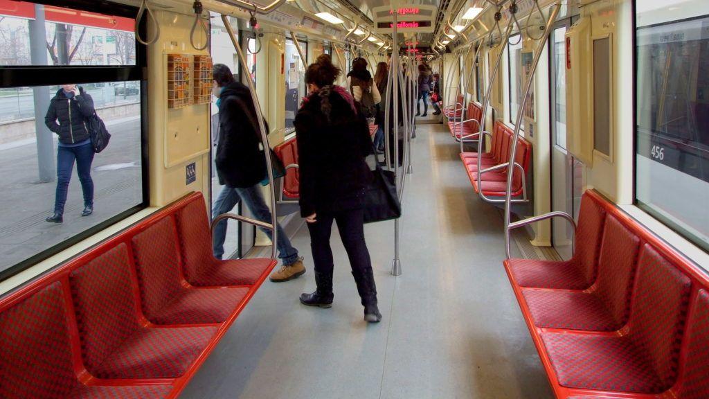 Budapest, 2016. február 18. Utasok szállnak ki a BKK-BKV 2-es metró vonalán közlekedõ egyik Alstom Metropol szerelvénybõl az Örs vezér téri végállomáson. MTVA/Bizományosi: Jászai Csaba  *************************** Kedves Felhasználó! Ez a fotó nem a Duna Médiaszolgáltató Zrt./MTI által készített és kiadott fényképfelvétel, így harmadik személy által támasztott bárminemû – különösen szerzõi jogi, szomszédos jogi és személyiségi jogi – igényért a fotó készítõje közvetlenül maga áll helyt, az MTVA felelõssége e körben kizárt.