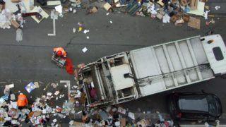 Budapest, 2016. február 28.A Fővárosi Közterület-fenntartó Nonprofit Zrt. (FKF) munkatársai szemétszállító járműbe - kukásautóba - rakják, majd elszállítják a főváros XII. kerületének egyik mellékutcájából a lakosság által előző nap a járdára kitett, majd guberálók által időközben jócskán széttúrt lomot.MTVA/Bizományosi: Jászai Csaba ***************************Kedves Felhasználó!Ez a fotó nem a Duna Médiaszolgáltató Zrt./MTI által készített és kiadott fényképfelvétel, így harmadik személy által támasztott bárminemű – különösen szerzői jogi, szomszédos jogi és személyiségi jogi – igényért a fotó készítője közvetlenül maga áll helyt, az MTVA felelőssége e körben kizárt.