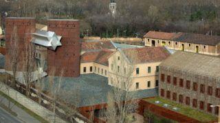 Budapest, 2018. január 9. A holokauszt budapesti áldozatainak emlékére a Józsefvárosi pályaudvar egykori területén megvalósított Sorsok Háza - Európai Oktatási Központ épületegyüttese a fõváros VIII. kerületében, a Fiumei út mentén. F. Kovács Attila mûépítész tervei alapján készült 2014-2015-ben. MTVA/Bizományosi: Jászai Csaba  *************************** Kedves Felhasználó! Ez a fotó nem a Duna Médiaszolgáltató Zrt./MTI által készített és kiadott fényképfelvétel, így harmadik személy által támasztott bárminemû – különösen szerzõi jogi, szomszédos jogi és személyiségi jogi – igényért a fotó készítõje közvetlenül maga áll helyt, az MTVA felelõssége e körben kizárt.