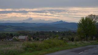 Tereske, 2017. április 16. A 22-es fõút közelébõl rálátás a Nógrád megyei dombokra. Háttérben a legmagasabb csúcs, a nógrádkövesdi kõbánya, elõtérben Tereske falu szélsõ házai láthatók. MTVA/Bizományosi: Lehotka László  *************************** Kedves Felhasználó! Ez a fotó nem a Duna Médiaszolgáltató Zrt./MTI által készített és kiadott fényképfelvétel, így harmadik személy által támasztott bárminemû – különösen szerzõi jogi, szomszédos jogi és személyiségi jogi – igényért a fotó készítõje közvetlenül maga áll helyt, az MTVA felelõssége e körben kizárt.