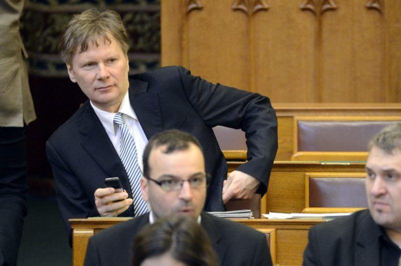 Budapest, 2015. március 17. Fodor Gábor független képviselõ (b) az Országgyûlés plenáris ülése kezdete elõtt 2015. március 17-én. MTI Fotó: Kovács Tamás