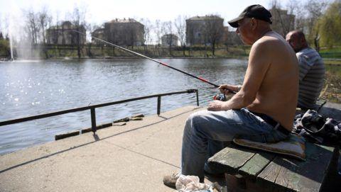 Budapest, 2018. április 9. Horgászok a X. kerületi Újhegyi Parkban 2018. április 9-én. Az Országos Meteorológiai Szolgálat országos, középtávú elõrejelzése szerint sok napsütés és 20 fok körüli meleg várható a héten. MTI Fotó: Kovács Tamás