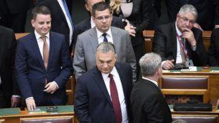 Budapest, 2018. május 8. Orbán Viktor ügyvezetõ miniszterelnök, a Fidesz elnöke, az országgyûlési választásokon gyõztes Fidesz-KDNP pártszövetség miniszterelnök-jelöltje (középen elöl), mögötte Seszták Miklós ügyvezetõ nemzeti fejlesztési miniszter az Országgyûlés alakuló ülésén az Országházban 2018. május 8-án. MTI Fotó: Koszticsák Szilárd