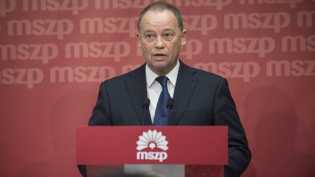 """Budapest, 2014. október 15. Szanyi Tibor, a Magyar Szocialista Párt (MSZP) európai parlamenti (EP-) képviselõje a pártja budapesti székházában tartott sajtótájékoztatón 2014. október 15-én. A Demokratikus Koalíció kezdeményezésérõl, hogy váltsák le az MSZP-DK EP-delegációjának élérõl, a politikus közölte, """"teljességgel nyitott"""" bármilyen újratárgyalásra, de szerinte ez csak úgy lehetséges, ha ki-ki visszaadja az õ vezetésével szerzett tisztségeit. MTI Fotó: Kallos Bea"""