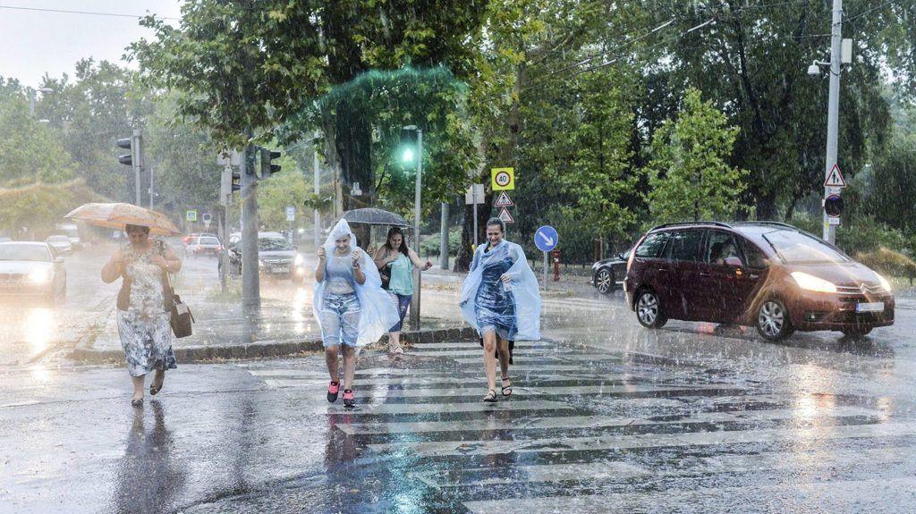 Budapest, 2017. augusztus 6.Gyalogosok futnak át az úttesten az esőben Budapesten, az Állatkerti sétányon 2017. augusztus 6-án.MTI Fotó: Kallos Bea