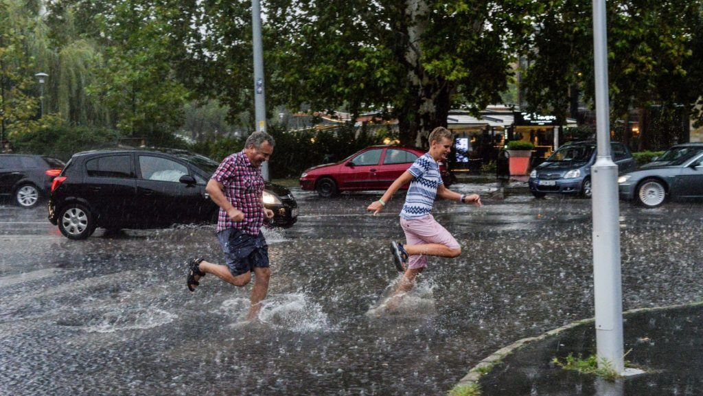 Budapest, 2017. augusztus 6. Gyalogosok futnak át az úttesten az esõben Budapesten, az Állatkerti sétányon 2017. augusztus 6-án. MTI Fotó: Kallos Bea