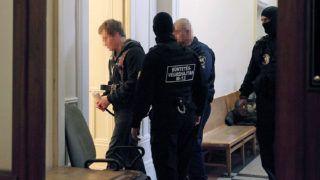 Budapest, 2017. április 20.A 2016. szeptember 24-ei Teréz körúti robbantás feltételezett elkövetőjét vezetik a tárgyalásra a Budai Központi Kerületi Bíróság folyosóján 2017. április 20-án. A bíróság három hónappal meghosszabbította a férfi előzetes letartóztatását.MTI Fotó: Mihádák Zoltán