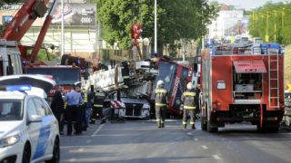 Budapest, 2018. május 3.Kisbuszra borult tűzoltóautó emelnek daruval a Nagyszőlős utca és a Budaörsi út kereszteződésében 2018. május 3-án. A tűzoltók egy tűzesethez vonultak kék lámpával, szirénázva, amikor oldalára borult a több tíztonnás gépjármű. A kisbuszban egy ember ült, ő a helyszínen meghalt.MTI Fotó: Mihádák Zoltán