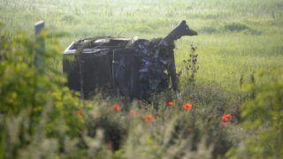 Vác, 2018. május 11. Összeroncsolódott személyautó Vác közelében, a Rád felé vezetõ út melletti szántóföldön 2018. május 11-én. Az autó lesodródott az úttestrõl, felborult, majd kigyulladt. Az autó vezetõje meghalt. MTI Fotó: Mihádák Zoltán