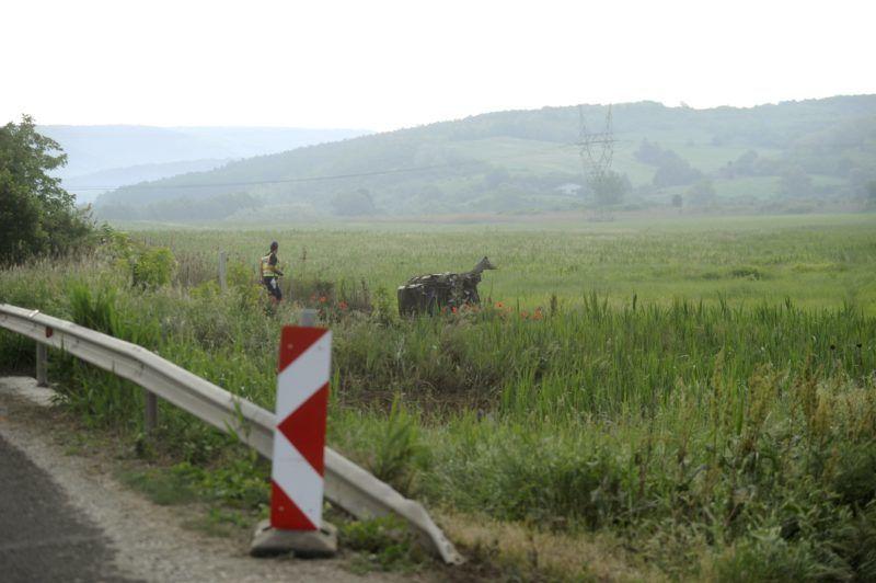 Vác, 2018. május 11. Rendõr helyszínel egy összeroncsolódott személyautó mellett Vác közelében, a Rád felé vezetõ út melletti szántóföldön 2018. május 11-én. Az autó lesodródott az úttestrõl, felborult, majd kigyulladt. Az autó vezetõje meghalt. MTI Fotó: Mihádák Zoltán