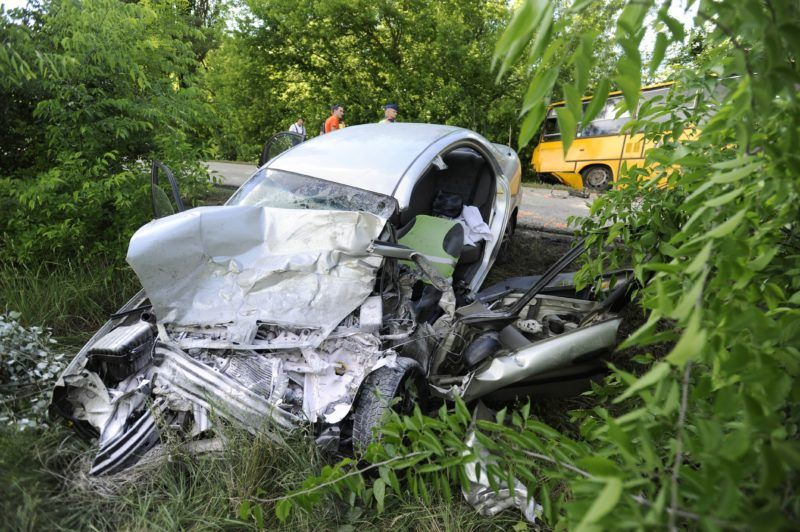 Sülysáp, 2018. május 15. Összeroncsolódott személyautó a Sülysáp és Kóka közötti úton 2018. május 15-én, miután a jármû összeütközött egy menetrend szerint közlekedõ autóbusszal. Az autó sofõrje meghalt. A buszon kilencen utaztak, az elsõdleges információk szerint közülük négyen könnyebb sérüléseket szenvedtek. MTI Fotó: Mihádák Zoltán