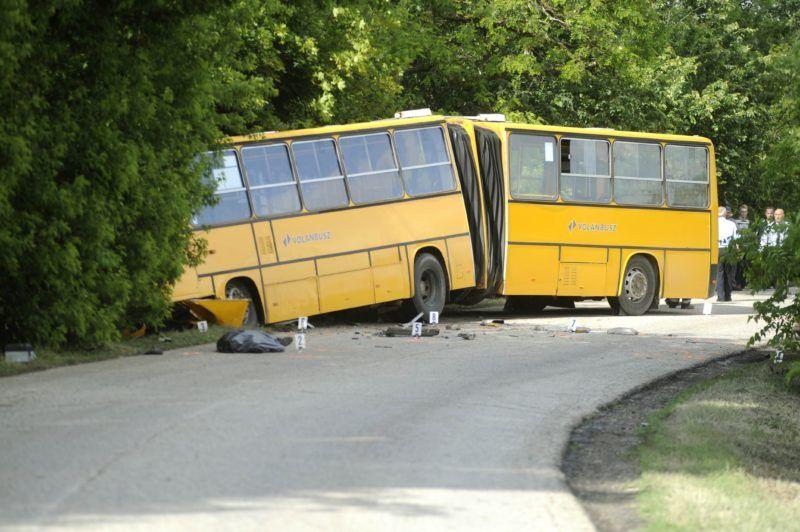 Sülysáp, 2018. május 15. Összetört csuklós autóbusz a Sülysáp és Kóka közötti út melletti árokban 2018. május 15-én, miután a menetrend szerint közlekedõ jármû összeütközött egy személyautóval. Az autó sofõrje meghalt. A buszon kilencen utaztak, az elsõdleges információk szerint közülük négyen könnyebb sérüléseket szenvedtek. MTI Fotó: Mihádák Zoltán