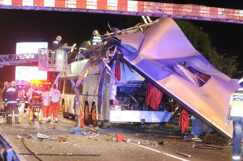 Budapest, 2018. május 29. Összeroncsolódott emeletes autóbusz a Ferihegyi repülõtérre vezetõ úton 2018. május 29-re virradó éjjel, miután a külföldi rendszámú jármû a Felsõcsatári úti aluljáró elõtti magasságkorlátozó kapunak rohant. Az elsõdleges információk szerint a balesetben többen megsérültek. A munkálatok idejére a gyorsforgalmi út érintett szakaszát teljes szélességében lezárták. MTI Fotó: Mihádák Zoltán