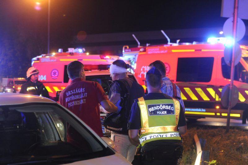 Budapest, 2018. május 29. Mentõk kísérik a baleset egyik sérüljét 2018. május 29-re virradó éjjel a Ferihegyi repülõtérre vezetõ úton, ahol egy külföldi rendszámú emeletes autóbusz a Felsõcsatári úti aluljáró elõtti magasságkorlátozó kapunak rohant. Az elsõdleges információk szerint a balesetben többen megsérültek. A munkálatok idejére a gyorsforgalmi út érintett szakaszát teljes szélességében lezárták. MTI Fotó: Mihádák Zoltán
