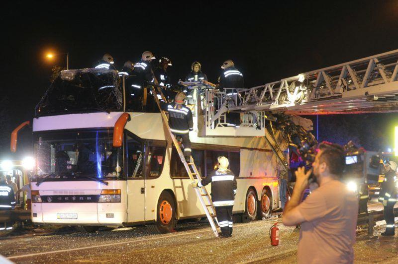 Budapest, 2018. május 29. Tûzoltók dolgoznak egy összeroncsolódott emeletes autóbusz mellett a Ferihegyi repülõtérre vezetõ úton 2018. május 29-re virradó éjjel, miután a külföldi rendszámú jármû a Felsõcsatári úti aluljáró elõtti magasságkorlátozó kapunak rohant. Az elsõdleges információk szerint a balesetben többen megsérültek. A munkálatok idejére a gyorsforgalmi út érintett szakaszát teljes szélességében lezárták. MTI Fotó: Mihádák Zoltán
