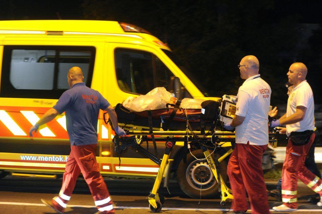 Budapest, 2018. május 29. Mentõk szállítják el a baleset egyik sérüljét 2018. május 29-re virradó éjjel a Ferihegyi repülõtérre vezetõ úton, ahol egy külföldi rendszámú emeletes autóbusz a Felsõcsatári úti aluljáró elõtti magasságkorlátozó kapunak rohant. Az elsõdleges információk szerint a balesetben többen megsérültek. A munkálatok idejére a gyorsforgalmi út érintett szakaszát teljes szélességében lezárták. MTI Fotó: Mihádák Zoltán