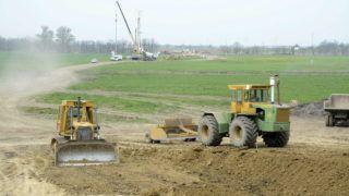 Szolnok, 2014. április 4. Feltáróút építésén dolgoznak munkagépek az épülõ M4-es autópálya kitûzött nyomvonalán Szolnok határában 2014. április 4-én. Már épülnek a feltáróutak a hídépítésekhez az M4 autópálya most épülõ, közel 30 km-es szakaszának munkálatai során. MTI Fotó: Mészáros János