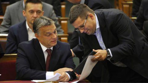 Budapest, 2014. július 4.Orbán Viktor miniszterelnök (b) és Seszták Miklós nemzeti fejlesztési miniszter az Országgyűlés plenáris ülésén 2014. július 4-én.MTI Fotó: Kovács Attila