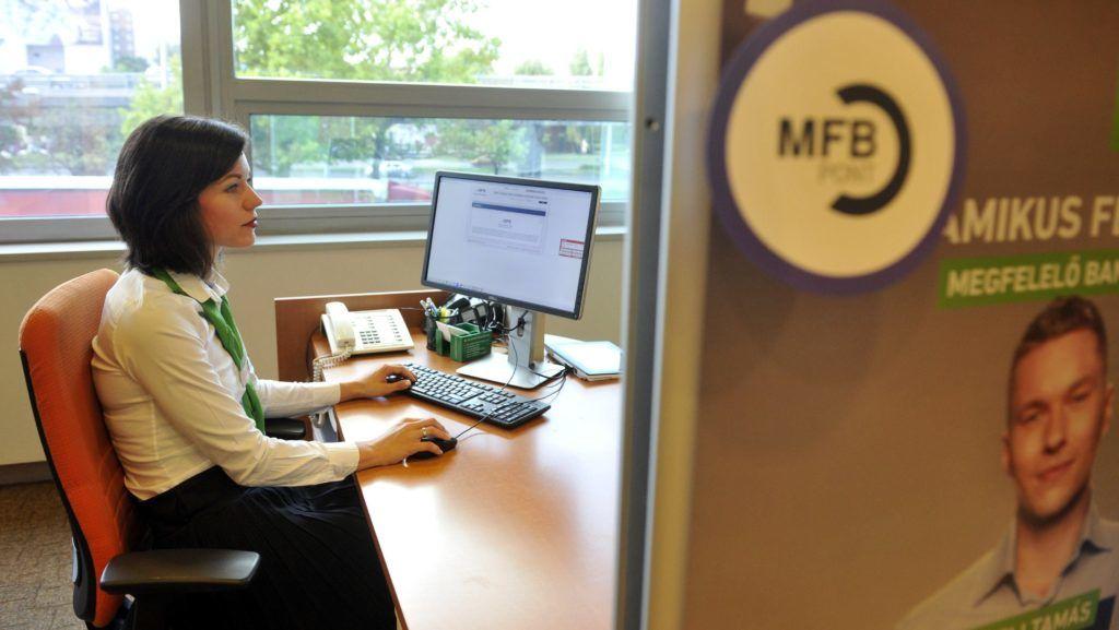 Budapest, 2017. július 31. Kosztolánczy Fanni vállalkozói tanácsadó az MFB Pont közvetítõi hálózat újonnan megnyitott Flórián téri fiókjában 2017. július 31-én. Összesen 750 milliárd forint fejlesztési forrás lesz elérhetõ a kibõvített MFB Pontok hálózatánál hitelprogramok keretében 2020-ig a kis- és középvállalkozások és a lakosság számára. MTI Fotó: Kovács Attila