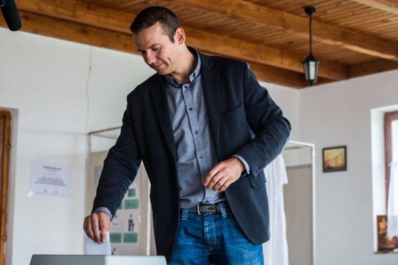Ásotthalom, 2016. október 2.Torockai László, a Jobbik alelnöke, Ásotthalom polgármestere leadja szavazatát az ásotthalmi Szent Gellért Közösségi Házban kialakított 4. számú szavazókörben a kvótareferendum napján, 2016. október 2-án. A népszavazást a nem magyar állampolgárok Magyarországra történő kötelező betelepítésével kapcsolatban írták ki.MTI Fotó: Ujvári Sándor