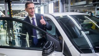 Kecskemét, 2017. szeptember 21.Varga Mihály nemzetgazdasági miniszter (b) és Christian Wolff, a Mercedes-Benz Manufacturing Hungary Kft. (MBMH) ügyvezető igazgatója (az autóban) a Mercedes-Benz gyár összeszerelő üzemében Kecskeméten 2017. szeptember 21-én. Ezen a napon letették az autógyár közvetlen szomszédságában felépülő új képzési központ alapkövét.MTI Fotó: Ujvári Sándor
