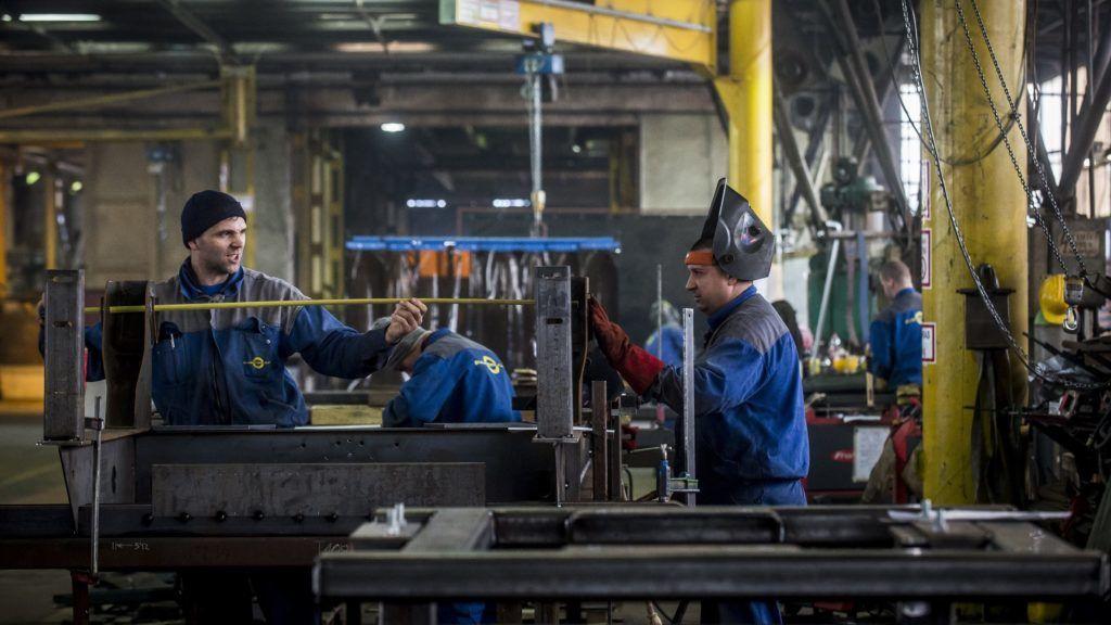 Kalocsa, 2018. február 23. Angliai megrendelésre egytengelyes szálastakarmány-keverõ gép készül a fennállásának 50. évfordulóját ünneplõ, pótkocsikat és gépjármû felépítményeket gyártó Budamobil-Cargo Jármûipari és Szolgáltató Kft. kalocsai üzemében 2018. február 23-án. MTI Fotó: Ujvári Sándor