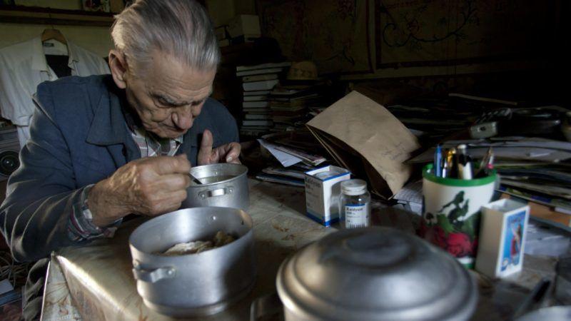 Nagyrákos, 2011. szeptember 28. A 90 éves Orbán Imre ebédel házának konyhájában az Õriszentpéteri kistérséghez tartozó Vas megyei Nagyrákoson. Az erdélyi születésû férfi 1945-ben telepedett le a faluban, jelenleg 37 ezer forint nyugdíjból él. A kistérség többek között a hiányos infrastruktúra miatt létrejött erõteljes elvándorlásnak köszönhetõen hazánk legjobban öregedõ területe; a KSH adatai szerint a népesség az elmúlt tíz évben több mint ezer fõvel, 7460-ról 6437-re csökkent.  MTI Fotó: Varga György