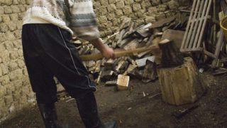 Gelénes, 2009. február 5.A gelénesi Flórika József fáskamrájukban felvágja a Nyírerdő Zrt. vámosatyai telephelyéről kapott fát. A Nyírerdő Zrt. 6000 köbméter tüzelőt különít el szociális célra. Gelénesen tíz család kapott 34 köbméter fát, a havonta kiutalt 6-8000 forint lakásfenntartási támogatás helyett. Ezen a télen 16 ember halt meg kihűlés miatt Szabolcs-Szatmár-Bereg megyében.MTI Fotó: Balázs Attila