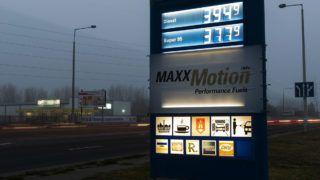 Nyíregyháza, 2014. november 27.Benzinkút árai Nyíregyházán 2014. november 27-én. Az utóbbi hónapokban folyamatosan emelkedő ukrajnai üzemanyagárak ellenére, még mindig megéri a magyar autósoknak a szomszédos országban tankolni: a 95-ös benzin és a dízel kárpátaljai átlagárával számolva körülbelül négy-ötezer forinttal lehet olcsóbban megtölteni a gépjárművek üzemanyagtartályát, mint Magyarországon.MTI Fotó: Balázs Attila