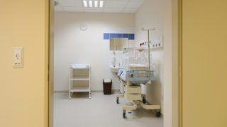 Hatvan, 2015. október 20. Újszülöttellátó helyiség a megújult Albert Schweitzer Kórházban az átadási ünnepség napján Hatvanban 2015. október 20-án. Három projekten keresztül, összesen mintegy 3,5 milliárd forintból újult meg az egészségügyi intézmény. MTI Fotó: Komka Péter