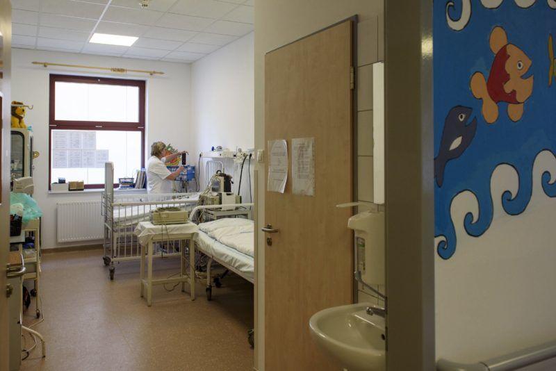 Eger, 2017. május 8. A gyermekosztály egyik kórterme a megújult egri Markhot Ferenc Kórházban 2017. május 8-án. Az egészségügyi intézményt 7,3 milliárd forintos kormányzati fejlesztésbõl újult meg. MTI Fotó: Komka Péter