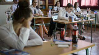 Salgótarján, 2018. május 8. Diákok várják a feladatlapok kiosztását a középszintû matematika írásbeli érettségi vizsgán a salgótarjáni Bolyai János Gimnáziumban 2018. május 8-án. Az Oktatási Hivatal korábbi tájékoztatása szerint a 2005-ben bevezetett kétszintû érettségi vizsgarendszer 28. idõszakában 1.183 helyszínen összesen mintegy 110.700-an adnak számot tudásukról. MTI Fotó: Komka Péter