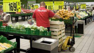 Budaörs, 2012. szeptember 14. Egy árufeltöltõ ládákba rakott jégsalátát pakol az Auchan budaörsi bevásárlóközpontjában 2012. szeptember 14-én. MTI Fotó: Koszticsák Szilárd