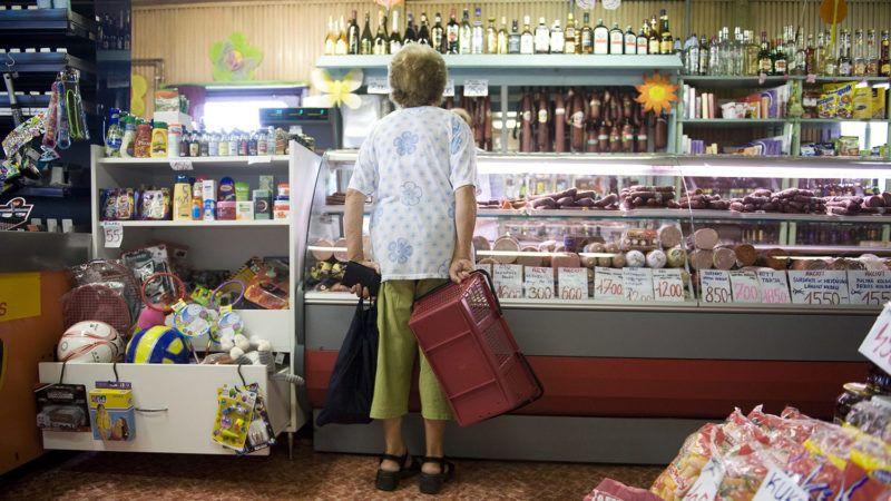 Gyál, 2013. július 8.Idős nő nézelődik a gyáli Tip-top vegyesbolt hentespultja előtt 2013. július 8-án.MTI Fotó: Koszticsák Szilárd