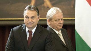 Budapest, 2014. november 7. Orbán Viktor miniszterelnök (b) és Tarlós István fõpolgármester a Fõvárosi Közgyûlés ünnepi alakuló ülésén a Városháza dísztermében 2014. november 7-én. A testület napirendjén szerepel a fõvárosi önkormányzat szervezeti és mûködési szabályzatának módosítása, amelybe több, a választási törvénybõl eredõ módosítást vezetnek át; megváltoztatják a kompenzációs listán bejutott képviselõk javadalmazását és eltörlik a frakciókról szóló pontokat. MTI Fotó: Máthé Zoltán