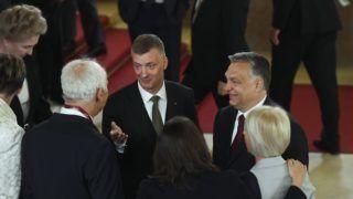 Budapest, 2018. május 8. Orbán Viktor miniszterelnök, a Fidesz elnöke, az országgyûlési választásokon gyõztes Fidesz-KDNP pártszövetség miniszterelnök-jelöltje (j) és Kubatov Gábor, a Fidesz alelnöke, országos pártigazgató a résztvevõkkel beszélget a Fidesz-KDNP frakciójának fotózása után az Országház fõlépcsõjén az Országgyûlés alakuló ülése elõtt 2018. május 8-án. MTI Fotó: Koszticsák Szilárd