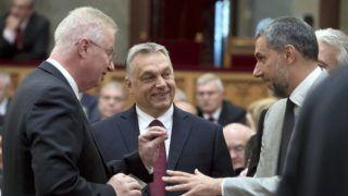 Budapest, 2018. május 8. Orbán Viktor miniszterelnök, a Fidesz elnöke, az országgyûlési választásokon gyõztes Fidesz-KDNP pártszövetség miniszterelnök-jelöltje (k), Trócsányi László igazságügyi miniszter (b) és Lázár János, a Fidesz országgyûlési képviselõje (j) beszélget az Országgyûlés alakuló ülésén az Országházban 2018. május 8-án. MTI Fotó: Koszticsák Szilárd