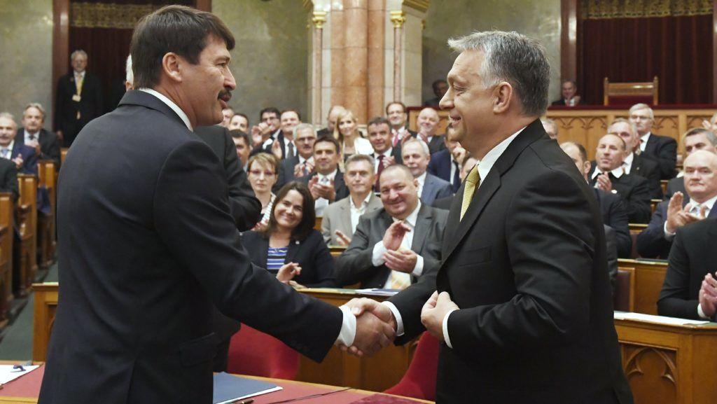 Budapest, 2018. május 10. Áder János köztársasági elnök gratulál Orbán Viktornak, akit ismét miniszterelnöknek választottak az Országgyûlés plenáris ülésén 2018. május 10-én. MTI Fotó: Koszticsák Szilárd