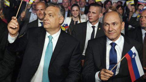 Celje, 2018. május 11.Orbán Viktor miniszterelnök (k), Janez Jansa, a Szlovén Demokrata Pár (SDS) elnöke (j) és Milan Zver, az SDS európai parlamenti képviselője (b) az SDS kampányrendezvényén Celjén, a Golovec csarnokban 2018. május 11-én. Szlovéniában június 3-án előrehozott parlamenti választásokat tartanak.MTI Fotó: Koszticsák Szilárd
