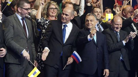 Celje, 2018. május 11.Manfred Weber, az Európai Néppárt (EPP) frakcióvezetője (b2), Hristijan Mickoski, a konzervatív macedón VMRO-SPMNE párt vezetője (b3), Janez Jansa, a Szlovén Demokrata Párt (SDS) elnöke (j3) és Orbán Viktor miniszterelnök (j2) az SDS kampányrendezvényén Celjén, a Golovec csarnokban 2018. május 11-én.MTI Fotó: Koszticsák Szilárd