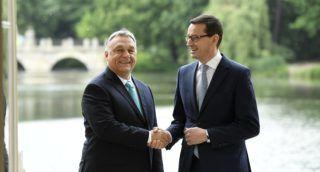 Varsó, 2018. május 14. Mateusz Morawiecki lengyel miniszterelnök (j) fogadja Orbán Viktor miniszterelnököt Varsóban, a Lazienki királyi palotában 2018. május 14-én. MTI Fotó: Koszticsák Szilárd