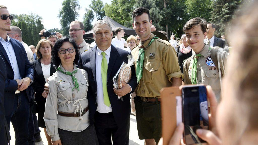 Nagykovácsi, 2018. május 27. Orbán Viktor miniszterelnök (k) az országos cserkésznap nyitóeseményén és a felújított Teleki–Tisza-kastély ünnepélyes átadóján az épület parkjában, Nagykovácsiban 2018. május 27-én. A kastélyt és parkját 2013-ban kapta meg a Magyar Cserkészszövetség; a felújításra 2,5 milliárd forint támogatást biztosított a kormány. A cserkészszövetség az ingatlanon rendezvényközpontot alakított ki, ahol egyebek mellett képzéseket, nemzetközi konferenciákat, cserkésztalálkozókat tartanak majd. MTI Fotó: Koszticsák Szilárd